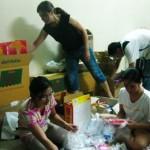 Beim Packen der Kartons